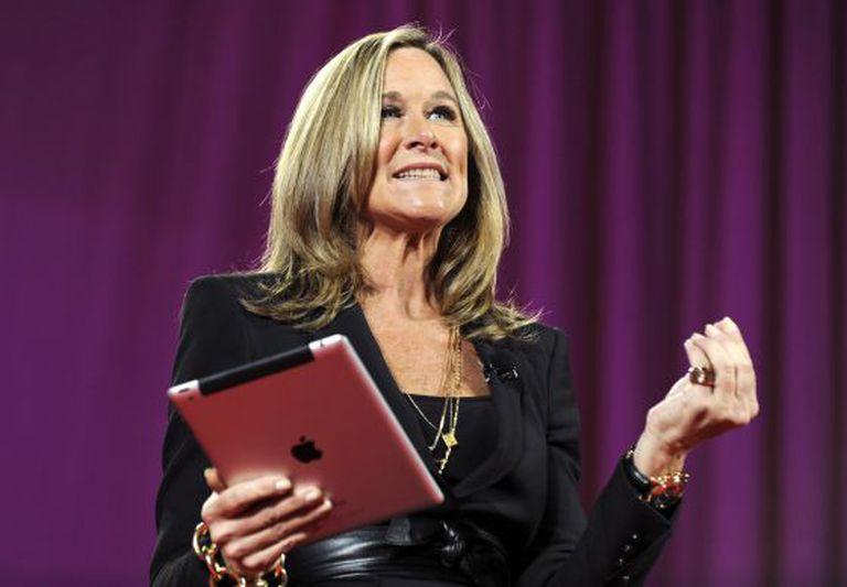 Angela Ahrendts, quando era diretora da Burberry em 2011, com um iPad.
