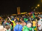 Apoiadores do Presidente Jair Bolsonaro rompem barreira da PM e chegam à Esplanada dos Ministério na noite desta segunda-feira.