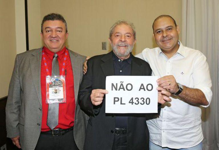O ex-presidente Lula, ao lado de sindicalistas.