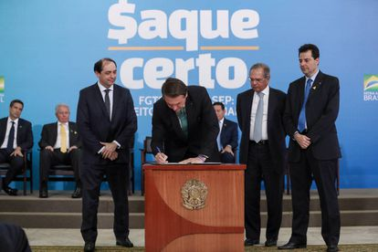 O presidente Jair Bolsonaro e ministro Paulo Guedes da Economia durante evento do lançamento do programa Saque Certo.