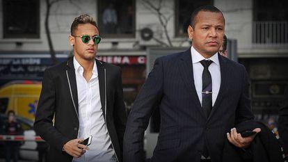 Neymar e seu pai, em audiência na Espanha.