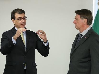 O ministro Carlos Franco França e o presidente Jair Bolsonaro em 5 de abril, no Palácio do Planalto.