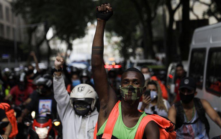 Entregadores de aplicativo protestam por melhores condições de trabalho, em 1º de julho, no Rio.