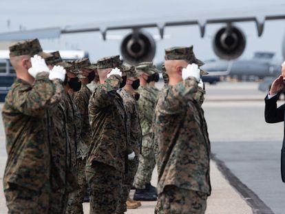 O presidente Joe Biden cumprimenta militares no domingo na base de Dover (Delaware).
