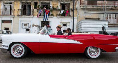 Bandeiras de Cuba e dos EUA em uma varanda em Havana.