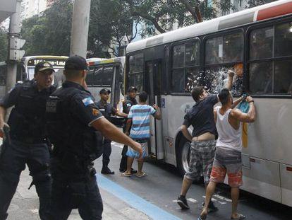 Moradores de Copacabana quebram a janela de um ônibus que seguia para a Zona Norte.
