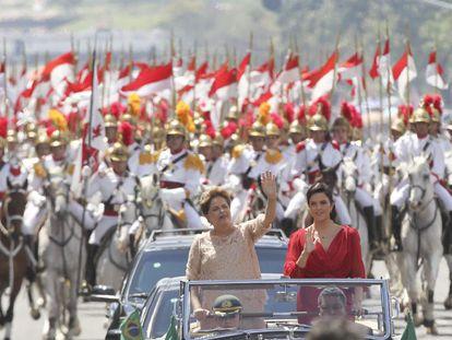 A bordo de um Rolls Royce, e ao lado da filha Paula, Dilma acena para as pessoas que acompanharam sua posse.