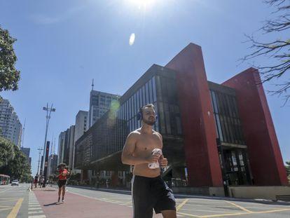 Pessoas praticam corrida na avenida Paulista na semana passada.