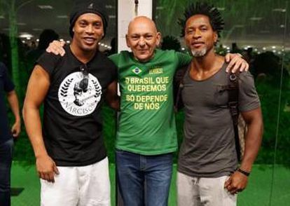Ronaldinho, Luciano Hang e Zé Roberto na loja da Havan, em Brusque.