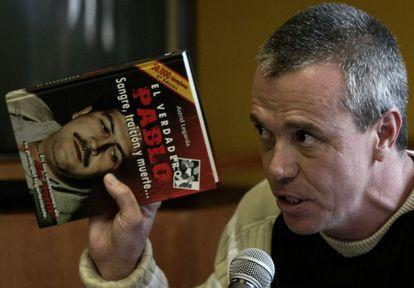 Popeye com um livro sobre Pablo Escobar.