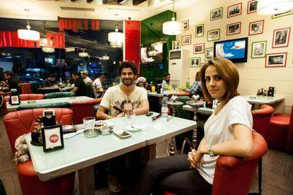 Laura AlKhadour e Aisa Yousef, em um café de um bairro vizinho à linha de frente.