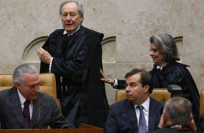 O presidente da República, Michel Temer, e o presidente da Câmara, Rodrigo Maia, prestigiam a posse da ministra Cármen Lúcia como presidenta do STF no lugar de Ricardo Lewandowski, em setembro de 2016.