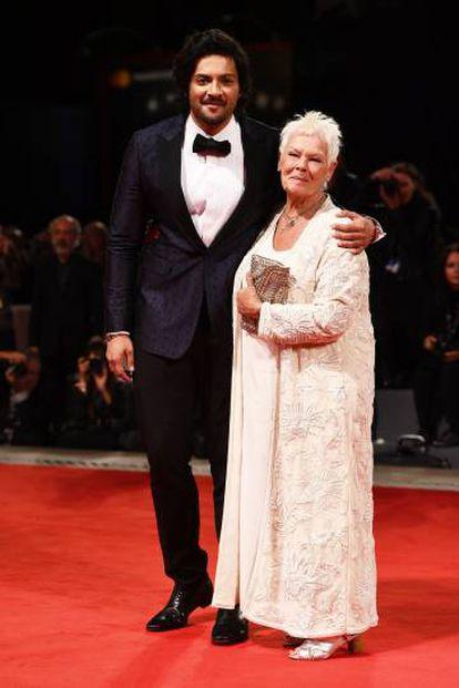 Os atores Judi Dench e Ali Fazal