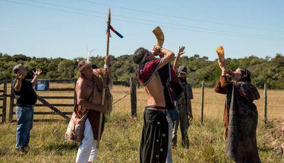 """De acordo com os registros históricos, os charruas tocavam """"trompas"""" ou chifres, para anunciar algum perigo. Os descendentes construíram seus próprios instrumentos e os tocam em toda reunião"""