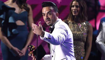 Luis Fonsi leva o prêmio de gravação do ano por Despacito.