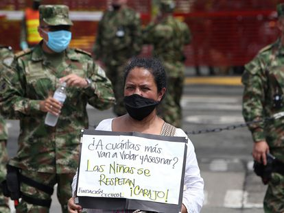 Indígenas embera protestam diante de instalações do Exército em Cali pelo estupro de uma menina por um grupo de militares.