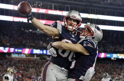 Amendola comemora um touchdown para o New England Patriots com Hogan.