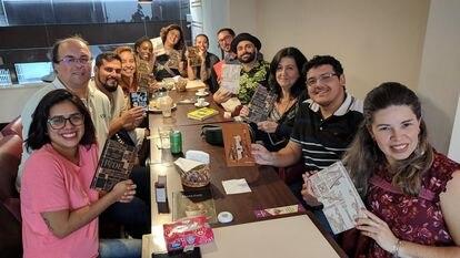 Assinantes do Clube de Leitura TAG Curadoria se reúnem em um café em São Paulo no dia 30 de junho de 2019.