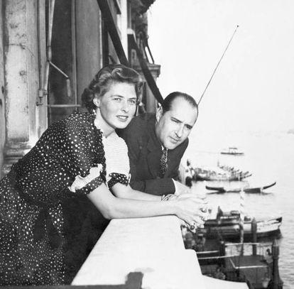 """A imagem de boa moça projetada por Ingrid Bergman na primeira metade de sua carreira foi pelos ares quando a atriz, casada e feliz com um dentista e mãe de um filho, apareceu na revista 'Life' em pose bastante acalorada com o diretor Roberto Rossellini, com quem estava filmando 'Stromboli'. A estreia do filme coincidiu com o nascimento do filho ilegítimo dos dois amantes e o escândalo foi tamanho que a própria Igreja condenou o casal, e o filme foi um fracasso de bilheteria. Bergman teve de fugir dos Estados Unidos, onde o púbico a provocava e enviava cartas cheias de impropérios. """"Alguns diziam que eu ia arder no inferno, outros me chamavam de vagabunda. Eu não conseguia acreditar que tanta gente podia me odiar por causa de minha vida privada"""", contou Bergman em suas memórias. Na Imagem, Ingrid Bergman e Roberto Rossellini no terraço do Grande Hotel de Veneza."""