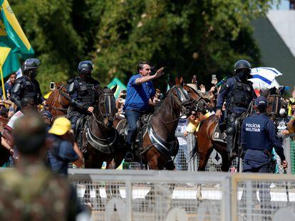 Jair Bolsonaro cavalga em manifestação de apoio ao seu Governo no dia 31 de maio.