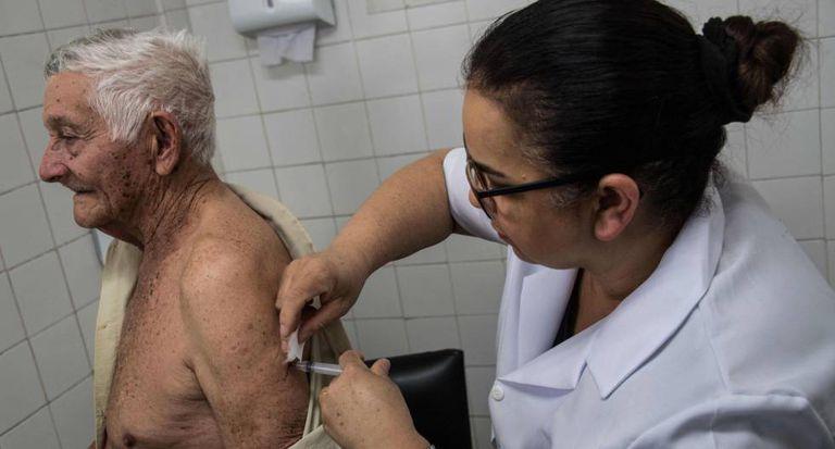 Idoso é vacinado contra febre amarela em São Paulo.