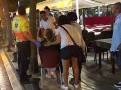 Equipe de emergência atende mulher em Platja d'Aro.