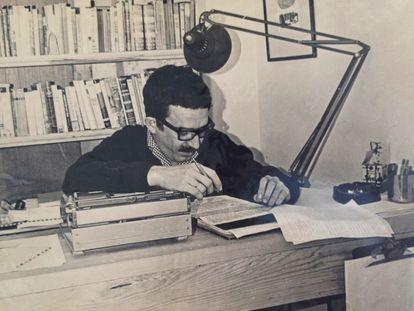 Gabriel García Márquez revisa o texto de 'Cem Anos de Solidão'.