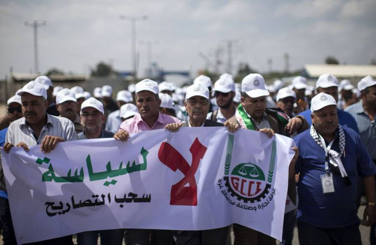 Comerciantes palestinos de Gaza protestam.