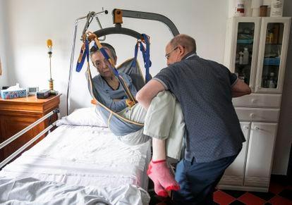 María José Carrascosa, que tinha esclerose múltipla, e seu marido Ángel Hernández, em uma imagem de 2018. O casal ficou conhecido na Espanha após Hernández ser preso por ter ajudado a mulher a realizar suicídio assistido, que era o desejo de sua esposa, levantando o debate sobre a legalização da eutanásia no país.