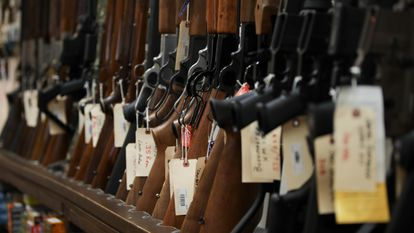 Rifles numa loja de armas em Manassas, na Virginia.