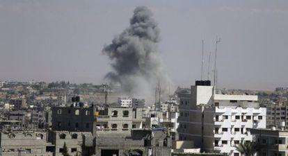 Fumaça proveniente da escola bombardeada.