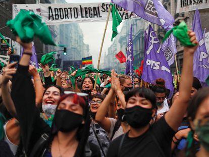 Várias mulheres comemoram nas ruas de Buenos Aires após a Câmara dos Deputados da Argentina aprovar um projeto de lei que permite o acesso livre e legal ao aborto.