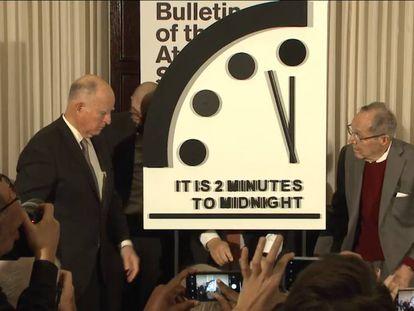 Membros do Boletim de Cientistas Atômicos mostram o simbólico Relógio do Apocalipse na quinta-feira.
