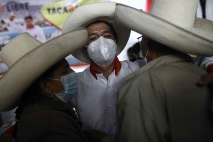Pedro Castillo, do partido Peru Livre, comemora com apoiadores no seu comitê de campanha, em Cajamarca.