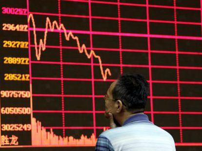 Investidor observa índice da bolsa chinesa.