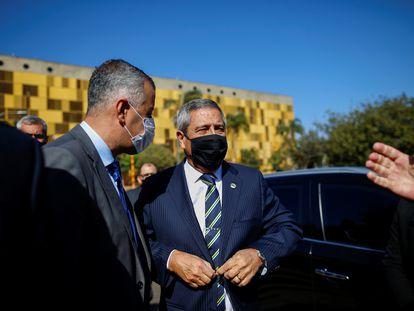 O ministro da Defesa, Walter Braga Netto, chega à Câmara dos Deputados para prestar esclarecimento sobre ameaças, nesta terça-feira, 17 de agosto, em Brasília.