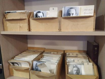 Fotos e fichas de expurgados na época soviética nos arquivos da ONG Memorial, em Moscou.