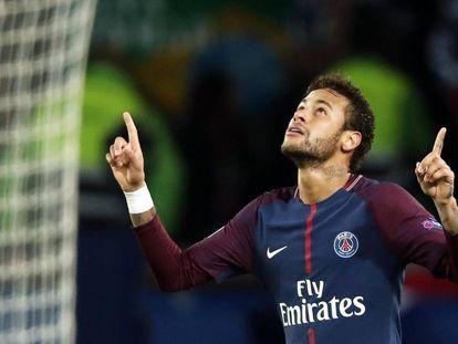 Neymar comemora depois de marcar o segundo gol do PSG.