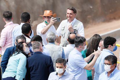 Jair Bolsonaro posa próximo a parlamentares cearenses durante inauguração de trecho da transposição do São Francisco no Estado.