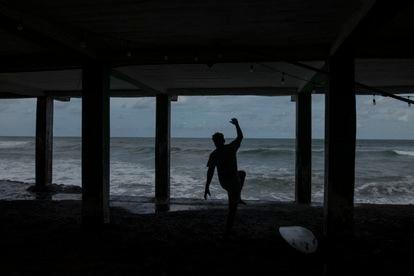 Um surfista na praia de Puerto de La Libertad, lugar que se transformou atrativo para turistas graças ao uso da criptomoeda.