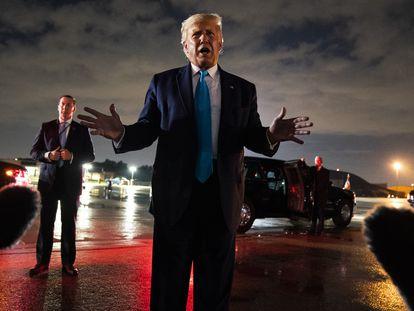 Donald Trump fala com jornalistas depois de aterrissar na base de Andrews (Maryland), na quinta-feira à noite.