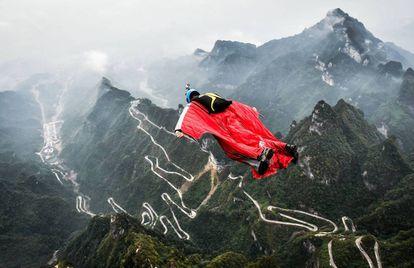 O brasileiro Gabriel Lott durante uma prova de Wingsuit na China no ano passado.