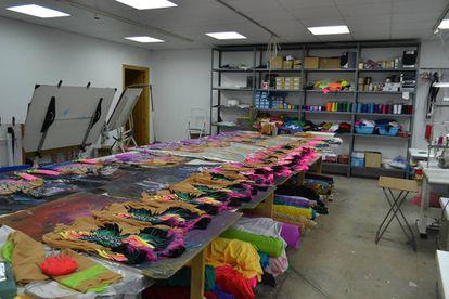 Collants em fase de acabamento na oficina de Trujillo da empresa de Tanit Pérez.