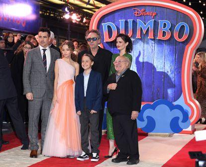 Da esquerda para a direita: Colin Farrell, Nico Parker, Finley Hobbins, Tim Burton (de óculos), Eva Green e Danny DeVito, na estreia europeia de 'Dumbo', em Londres, em 21 de março.