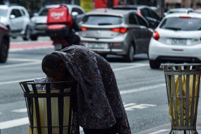 São Paulo (SP), 29/06/2021 - Homem em situação de rua revira o lixo na Av. Paulista, SP.  Roberto Casimiro/Fotoarena/Agência O Globo
