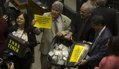 Deputados de oposição protestam contra a votação surrealista da Câmara que barrou abertura de ação penal contra o presidente Michel Temer