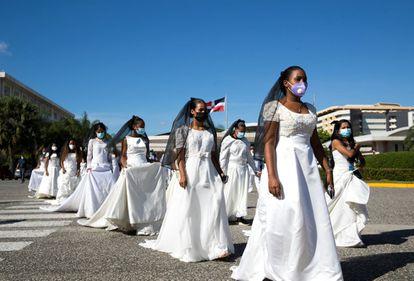 """Estudantes participam da """"Marcha das Noivas"""", ato em que são lembradas mulheres vítimas de violência de gênero, em Santo Domingo (República Dominicana), na terça."""