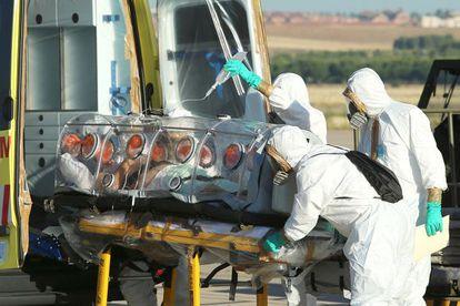 Miguel Pajares, retirado em maca da ambulância.