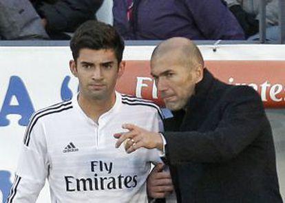 Zidane passa instruções a seu filho Enzo antes de estrear com o Castilla.