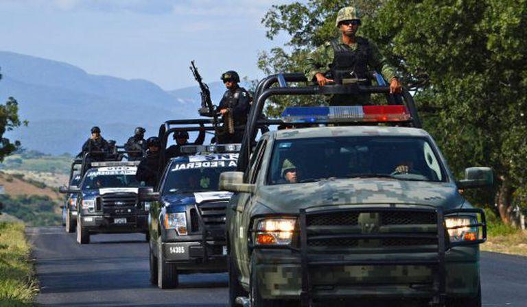 Um comboio de policiais federais e militares em Iguala.